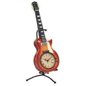 שעון עץ גיטרה על מעמד