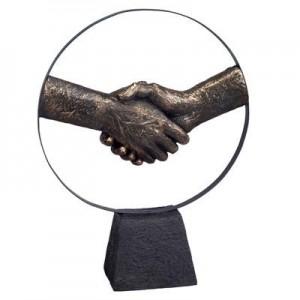 יד לוחצת יד - פסל אומנותי