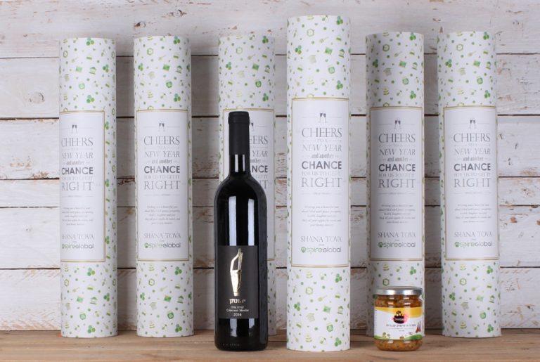 יין עם גליל ממותג וצנצנת לראש השנה